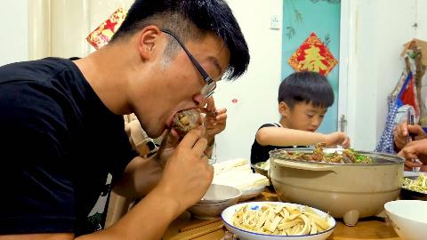 五斤牛蝎子做火锅,大sao给家人加餐,蘸着汤大口啃牛骨,真过瘾