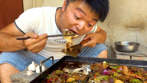 大sao第一次做铁板烤鱼,三头蒜一盆面配着吃,这也太香了,过瘾