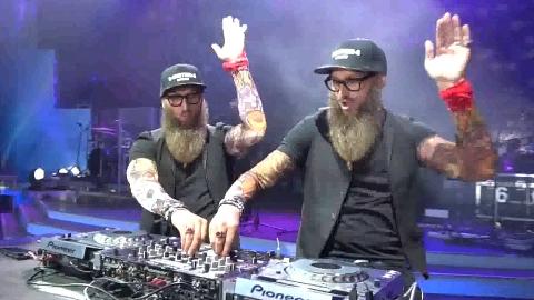 网红DJ玄冥二老彻底凉了,无论怎么带动气氛,台下都当他们是空气