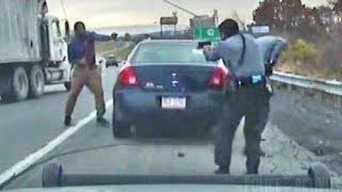 【警察】美国警察与黑人司机发生激烈枪战