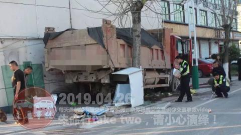 中国交通事故20190426:每天最新的车祸实例,助你提高安全意识!