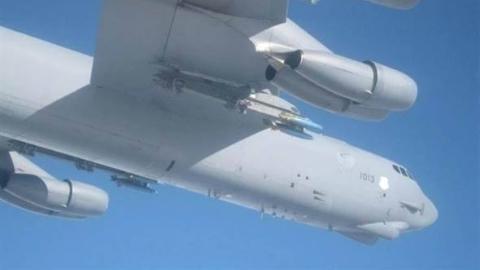 俄军两架苏-27在波罗的海拦截美军B-52轰炸机