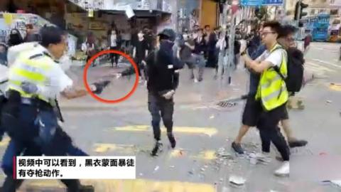 港警果断开枪击倒围攻并试图夺枪的暴徒