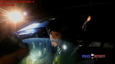 司机【掏枪】将女警员吓到,起身后【连续射击】