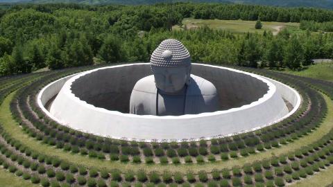日本墓地中的大佛:远看只露出头顶,雄伟壮丽让人叹服!
