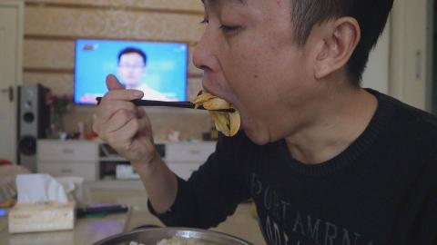 李涛娃掰了3斤野生茭白,拿回家用1斤肉炒着吃,香甜味下饭过瘾