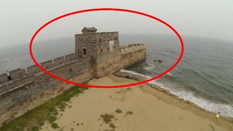 中国万里长城尽头竟然在大海中,老外看后直呼:中国古人太聪明了