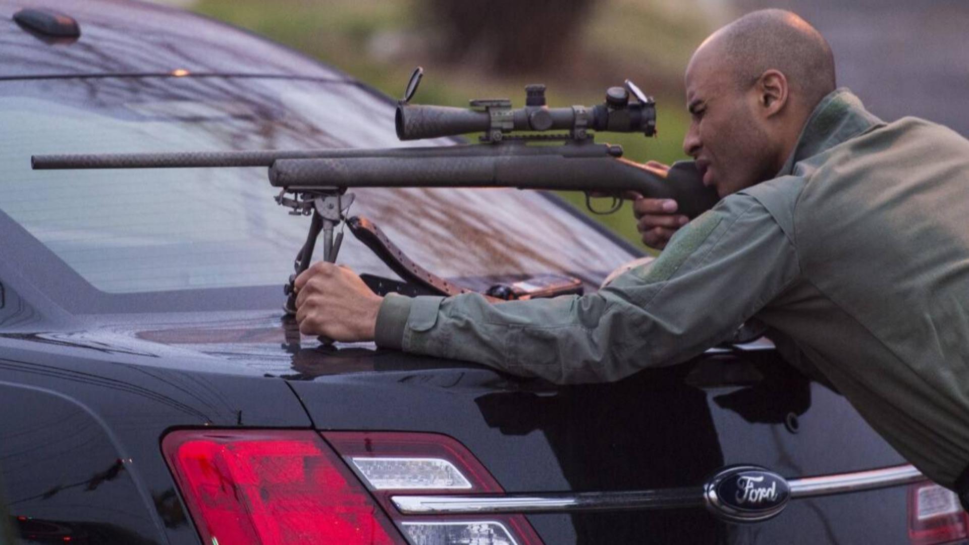 美国警察也有怂的时候?俩劫匪带3000发子弹,打的警察怀疑人生
