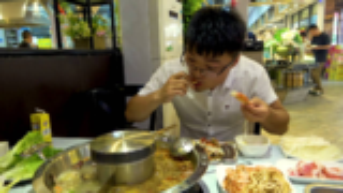 大sao吃49元自助火锅,免费供大蒜,服务员一次端一碗,真过瘾