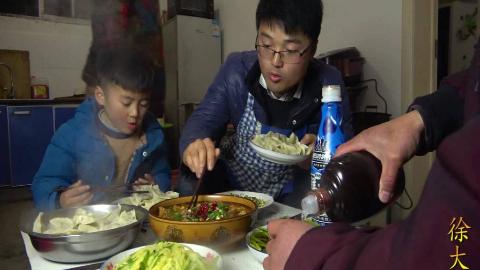 大sao做了水煮肉片,配一锅水饺,一家人吃过瘾