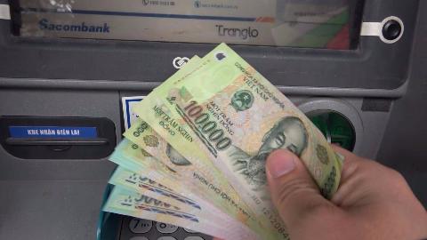 粉丝来越南,钱不够了,教你用中国银行卡在越南取款机上取钱