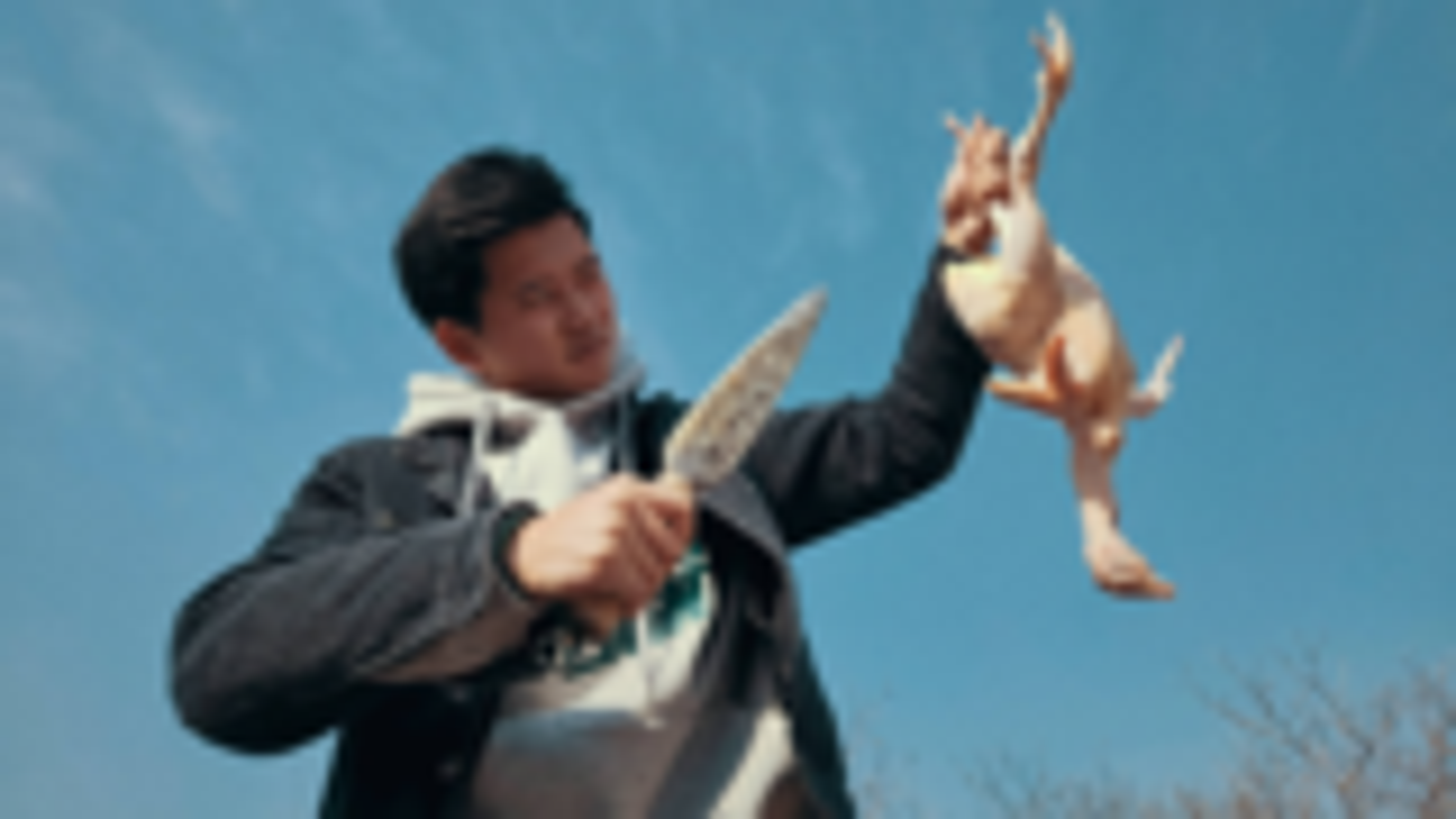 【野居青年】小伙用废铁打造一把宝刀,再宰上一只鸡饱餐一顿