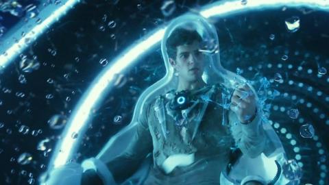 小伙披上外星战甲后,变身超人,浑身充满毁灭能量!