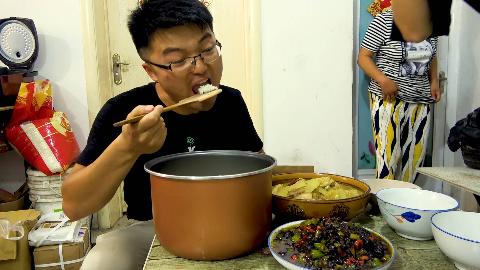 买20斤贵米,大sao做一桌下饭菜,炖肉炒豆豉,一锅米饭太少了