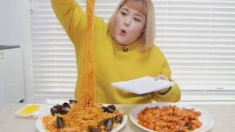 韩国秀彬试吃什锦面与韩国糖醋肉的搭配,很不错哦!
