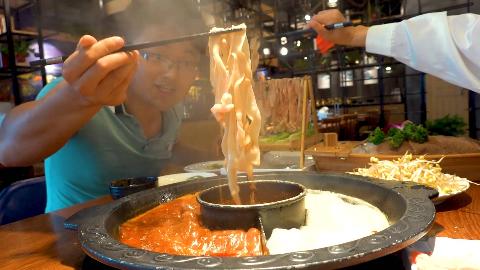 大sao吃重庆火锅,鸭肠当面条吃,四人份配手擀面,肚子吃大一圈