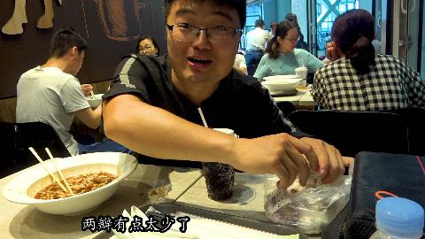 158元在机场吃康师傅牛肉面套餐,配上朋友接机送的大蒜,真过瘾