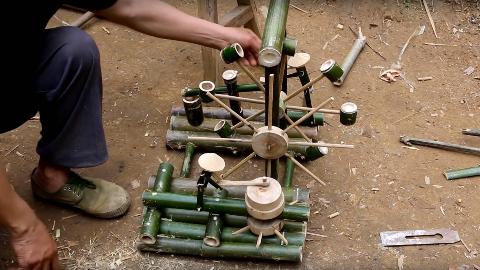 农村爷爷将一堆废竹变成灵气小水车,竹人推磨还能捣米
