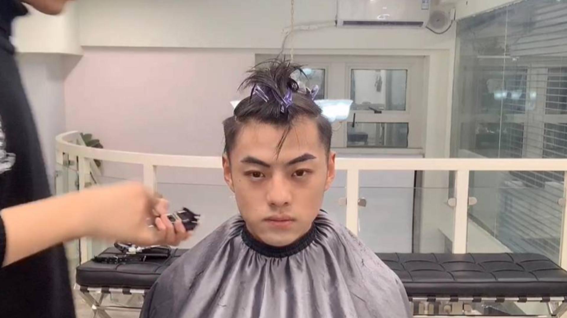 男生脸型不错,三七分背头和括号刘海都能驾驭,发型师教他了两款发型的打理干货,效果是真的帅