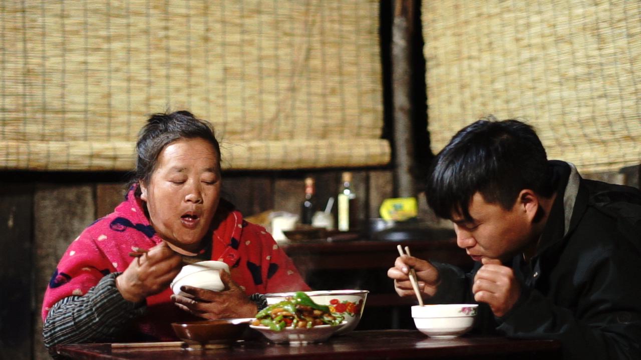 小胖看妈妈太辛苦,炒了一大份回锅肉吃,妈妈说这是最好吃的菜