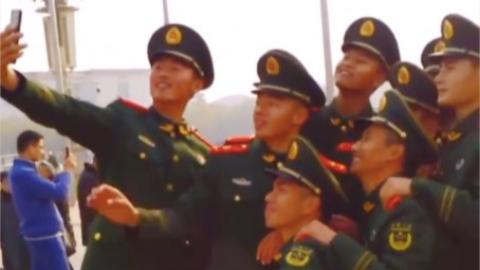 哈哈哈哈!中国军人的另一面:充满着欢乐!