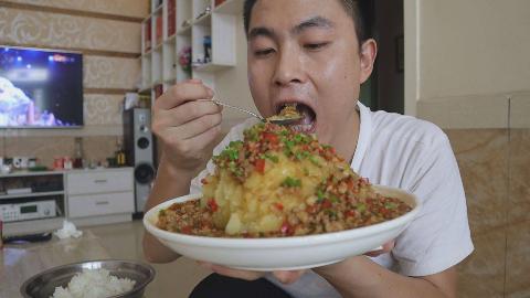 三斤土豆一盆饭,李涛娃今天做土豆火山泥,拌着米饭吃,真过瘾