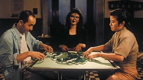 一部香港经典鬼片,女鬼跟赌徒夫妇俩打麻将,谁输了要喝毒酒