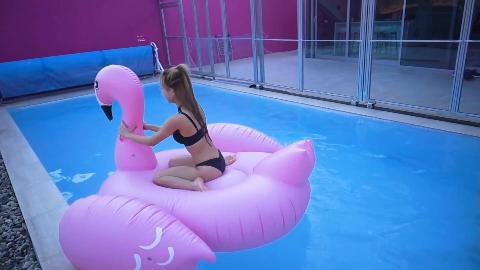 小姐姐体验泳池别墅