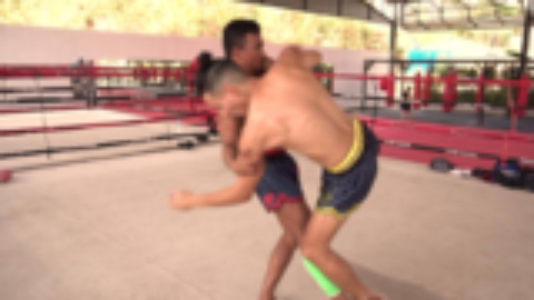 控制对手内臂扫腿,泰拳比赛中常用的小技巧!
