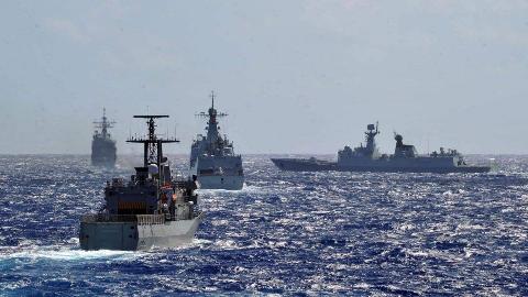 实力碾压!中国海军16艘战舰围堵一艘英国军舰,皇家海军落荒而逃