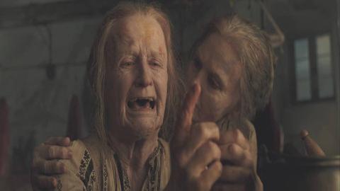 老太太想嫁给国王,为了在夜里蒙混过关,竟用胶水粘住松弛的皮肤