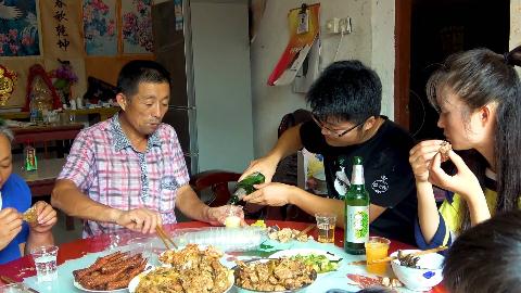 大sao去岳父家蹭饭,八斤的大公鸡做地锅鸡,弄一桌荤菜被喝趴了