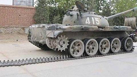 牛!俩蠢贼摸进部队场区,偷卸59坦克履带卖废铁,还卖出了高价!