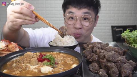 韩国吃货小哥,吃烤牛肉、嫩豆腐汤、泡菜、生菜,吃得太香了