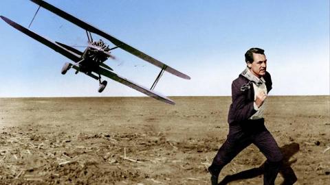 小伙被敌方追杀,荒郊野外和飞机赛跑,成功脱逃还炸了飞机?