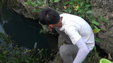 农村小伙隐蔽深潭投放自动钓鱼神器,用这个做诱饵,想不中货都难