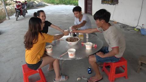 小明为了招待俩表妹,带了3条野味煮了满满一大锅,吃完好嗨哦