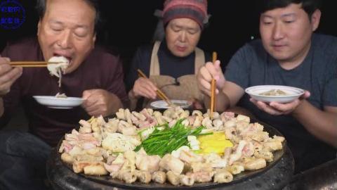 中字:韩国兴森一家人,围着锅吃4种烤牛肥肠,吃完不够再来一锅炒饭