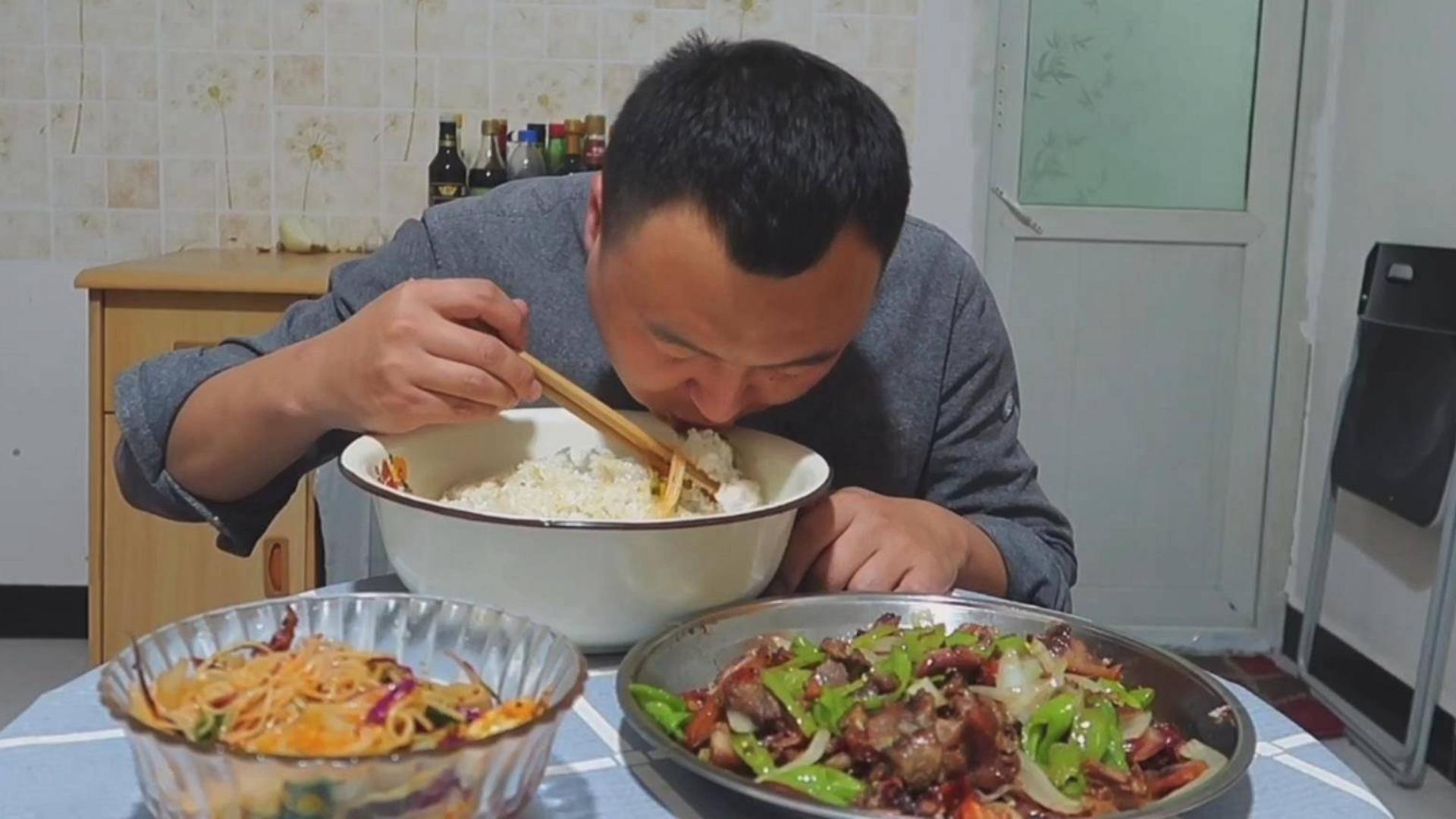 一斤猪头肉炒一斤辣椒,配一斤米饭、阿强一顿狂吃,过瘾