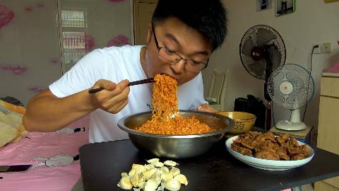 两斤卤水鸡杂吃一斤火鸡面,大蒜配火鸡面,大sao这顿饭失蒜了