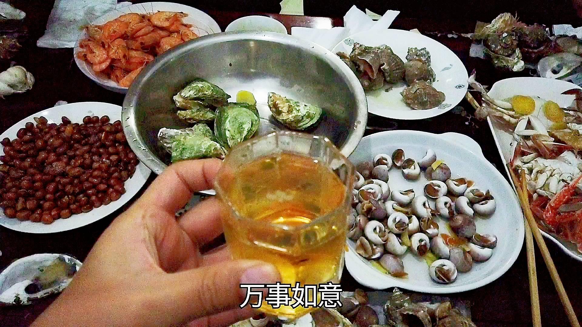 几个朋友到宁波小聚,从菜市场买的海鲜,喝瓶啤酒,吃得很开心