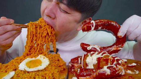 韩国吃货小哥,吃奶油火鸡面、香肠、午餐肉,看看这吃法,真过瘾