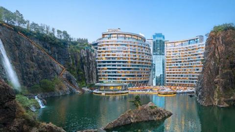 当年中国花费20亿,在废石坑里建造的酒店,现在怎么样了?
