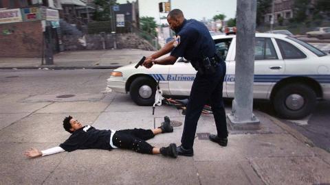 美国警察向自己亲儿子开枪!原因竟是看错了,误将儿子当入侵者!