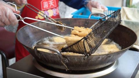 臭豆腐究竟是什么颜色?人气超火的特色小吃,焦脆软糯满口余香,你们那儿有没有?