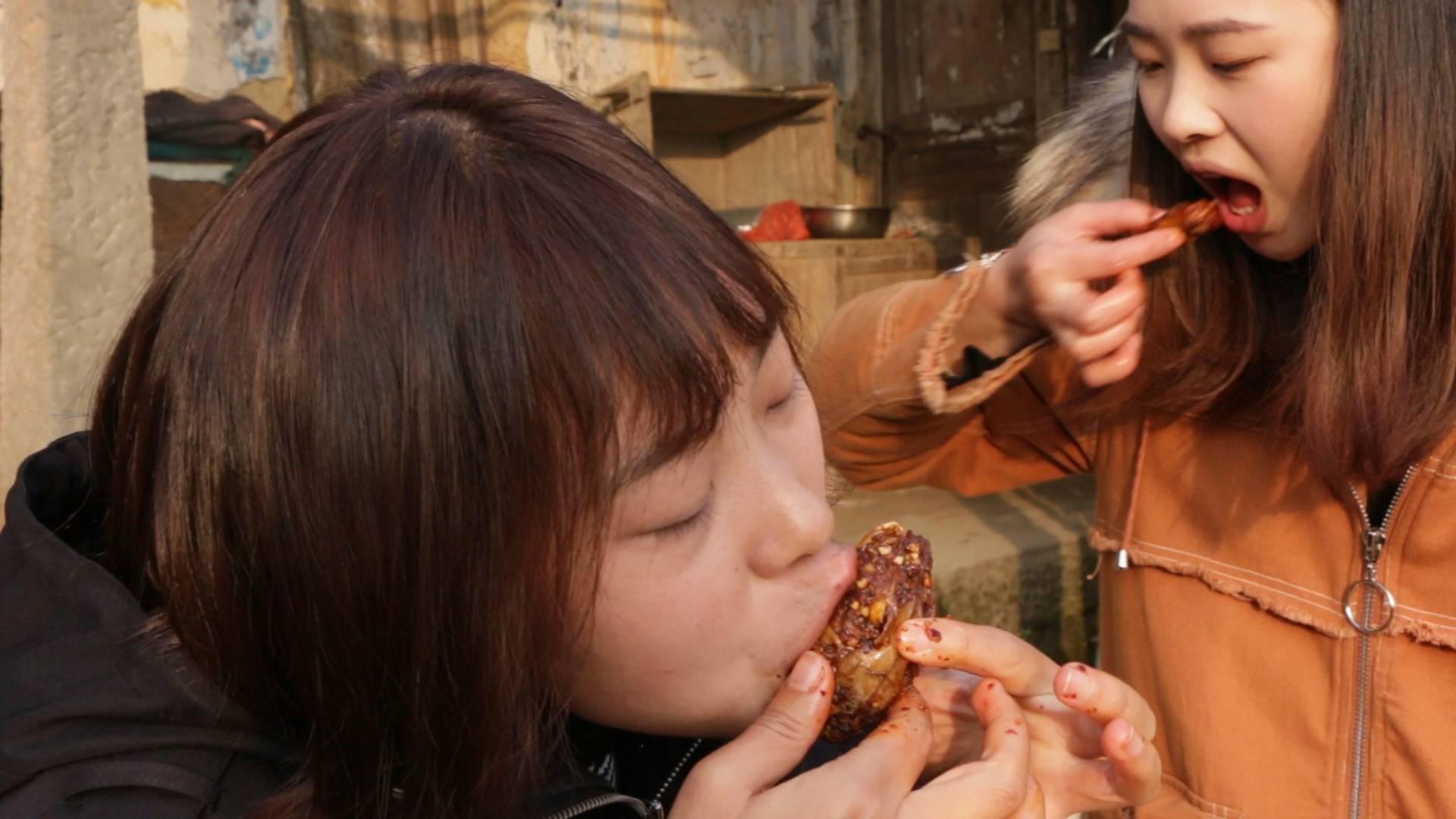 秋妹做了火遍四川的麻辣兔头,吃得满嘴是油,越啃越带劲儿,巴适