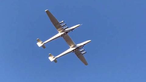 一架飞机两个头:世界最大飞机完成首飞