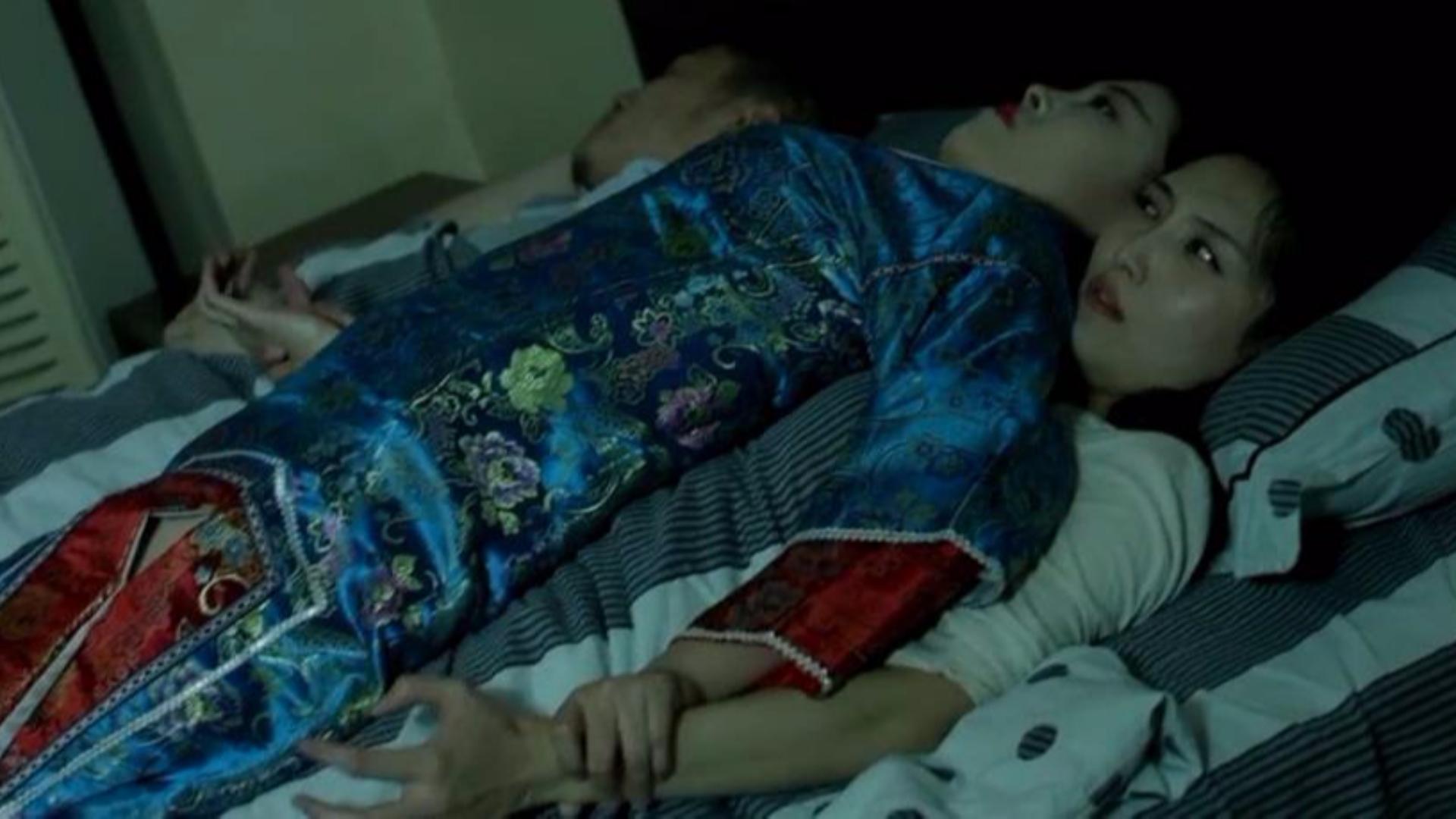 女孩正在睡觉,忽然感觉身体很重,睁开眼,一个清朝女鬼压在身上