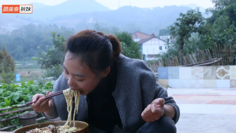 秋妹今天做了老北京打卤面,面条不放辣椒也这么好吃,吃着真过瘾