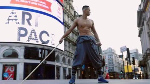 """穿西装的""""少林暴徒"""",华裔小伙在国外大街展现中国冷兵器,震撼"""
